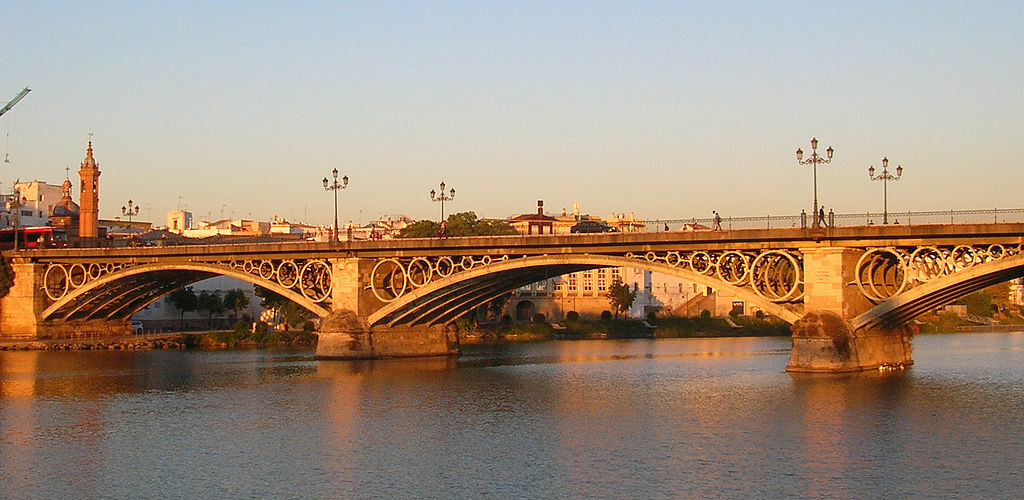 «Pont Triana» de Gregory Zeier - Trabajo propio. Disponible bajo la licencia Creative Commons Attribution-Share Alike 3.0-2.5-2.0-1.0 vía Wikimedia Commons - http://commons.wikimedia.org/wiki/File:Pont_Triana.jpg#mediaviewer/Archivo:Pont_Triana.jpg